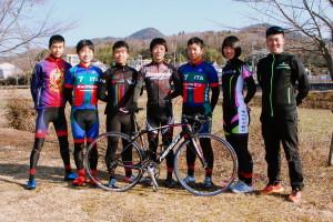 チーム代表の栂尾大知さん(右)とジュニアユースの選手たち。コラッジョとはイタリア語で「勇気・度胸」の意