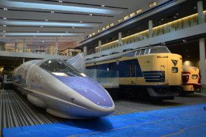 吹き抜けに並ぶ「500系新幹線」「581形電車」「489形電車」(手前から)