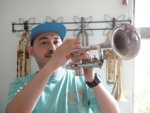 森本アリさん 音楽家。ペ・ド・グ、三田村管打団?などのバンドに所属、ソロ活動やワークショップなども行う。他にも神戸・塩屋の築106年の洋館の管理・運営も務める