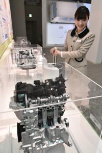 車のエンジンの仕組みを目と手で感じることができる=4階の体験コーナー