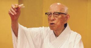 三輪九郎さん 1925(大正14)年生まれ。落語と同時期に習い始めた弓道も継続中。落語の発表会の時には三輪さんの娘が見に来ることもあるという。写真は落語みゅーじあむで
