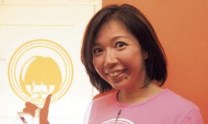 湯川カナさん リベルタ学舎の代表。〝陽気な革命家〟。写真は同団体のキャラクター「COMA DO(コマド)」のTシャツを着て。「子どもが笑顔になれる未来をつくる!」
