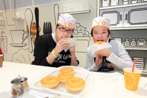 ドーナツ作りを体験できる「ミスドキッチン」に参加していた塚尾恵美里ちゃん(16、左)と藍茉ちゃん(12)。「自分で作ったドーナツはすごくおいしい!」と藍茉ちゃん