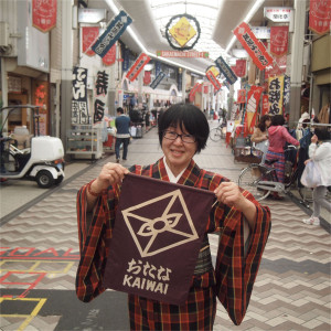 堀登志子さん 商業活性化アドバイザー、商店街よろず相談アドバイザー。写真は阪急池田駅前の「サカエマチ商店街」で。「笑ってまちとそこに住む人たちを元気に!」