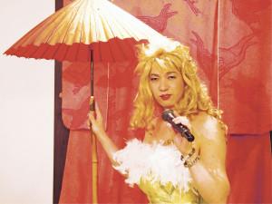 辻敏弘さん 玉屋月心庵の店主、シャンソン歌手。9月19日(土)には出口美保と仲間たちによるNHK大阪ホールでのコンサートに出演。写真は自身の店の喫茶スペースで
