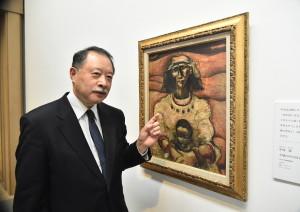 2014年に新たにコレクションに加わった中西勝「大地の中の母子」と館長の越智裕二郎さん