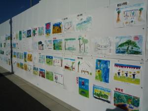 仮囲いには子どもたちが描いた街づくりの絵が貼られていました