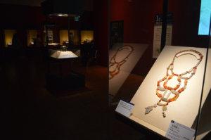 玉胸飾り(手前右)が展示された最初のゾーン