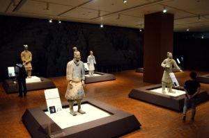 兵馬俑が並ぶ展示室