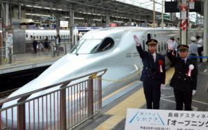 長崎DCの「オープニング記念号」の発車合図をするJR西日本・JR東海の新大阪駅長