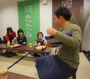 畳職人が伝統の技を子どもたちに教える