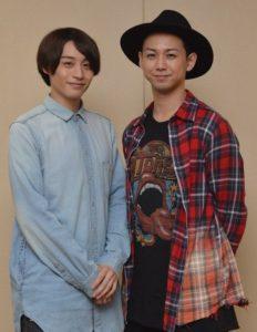 柳下大(写真右)は1988年生まれ、神奈川県出身。前山剛久(左)は1991年生まれ、大阪府出身。写真は10月、兵庫県立芸術文化センターで