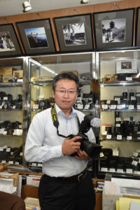 曽祖父の記憶を「遊びに行くといつもあめをくれる、大柄で優しいおじいちゃん」と振り返る桑田敬司さん。「写真のように、ずっと残る返礼品が増えるといいですね」