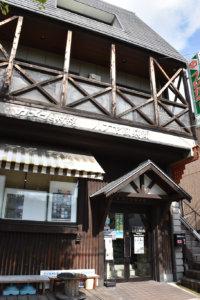 国道2号沿いに店を構えるハナヤ勘兵衛。山小屋風の外観は1932年から変わらない