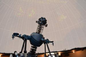 茨木市立天文観覧室のプラネタリウムは57席。年間約1万人が訪れる