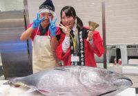女子高生がマグロを豪快解体! 松坂屋高槻店「愛媛フェア」に「フィッシュガール」来店