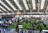 JR大阪駅の真上に巨大な芝生広場 GWの買い物客らでにぎわう