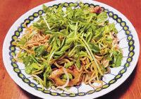 旬の食材を使った簡単料理レシピ「豆苗たっぷり焼きそば」