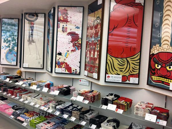 本店1階にずらりと並ぶ、手ぬぐい。店舗は本店ほかに8店舗ある