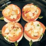 旬の食材を使った簡単料理レシピ<br/>「まるごとトマト、魚介とモッツァレラ詰め」