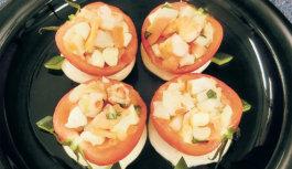 旬の食材を使った簡単料理レシピ「まるごとトマト、魚介とモッツァレラ詰め」