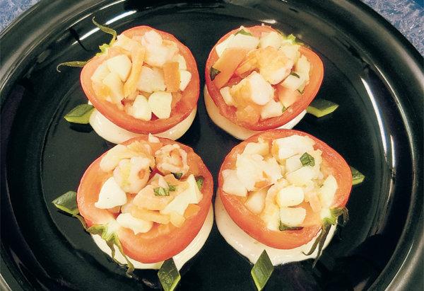 まるごとトマト、魚貝とモッツァレラ詰め