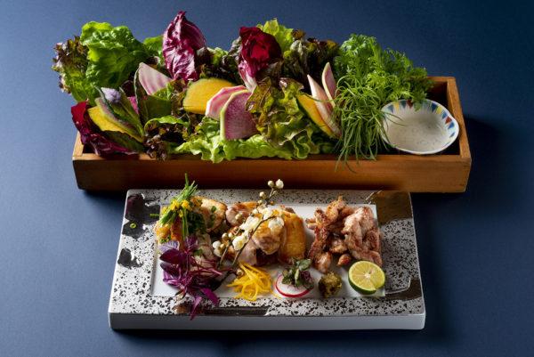 新鮮な彩り野菜とともに、名古屋コーチン本来の味わいを楽しめる