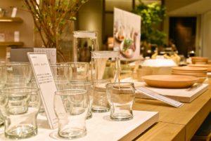 「茅乃舎の台所」に並ぶ食卓グッズ。シンプルさが魅力