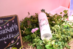 西宮市の花・サクラをモチーフにしたボトルは同店限定販売