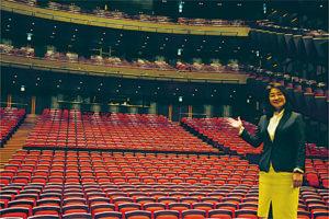 鮮やかな赤の座席が印象的な 大ホール