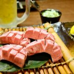 極厚切りタンの炭火焼きに濃いめのハイボール<br/>【炭火焼肉Buzz】神戸市・新開地