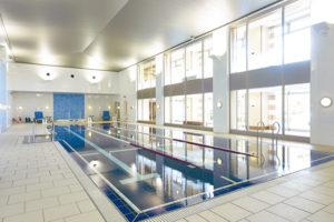 温水プールのほかフィットネスルームを完備