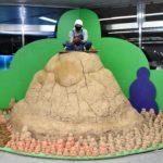 """JR新神戸駅に""""土の山""""が出現!?<br />「六甲ミーツ・アート」でサテライト展示 現代アートが山と街つなぐ"""